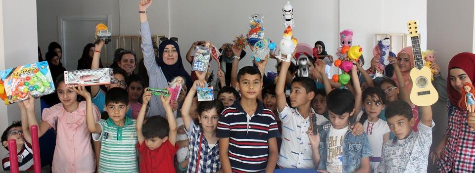 غوزي تشارك ألعابها مع أصدقائها السوريين