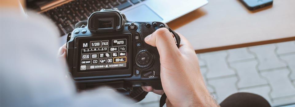 بدأ موظفو جمعية اللاجئين على العمل والتدريب حول تقنيات التصوير الفوتوغرافي