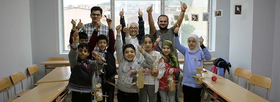 الأطفال في اليوم العالمي لحقوق الحيوان أحضروا الطعام للطيور
