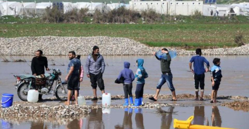 Afrin'de temiz su bulmaya çalışan Suriyeliler