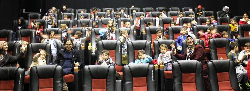 Türk ve Suriyeli Çocuklar Sinemada