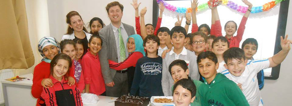 öğretmenleriyle mutlu çocuklar