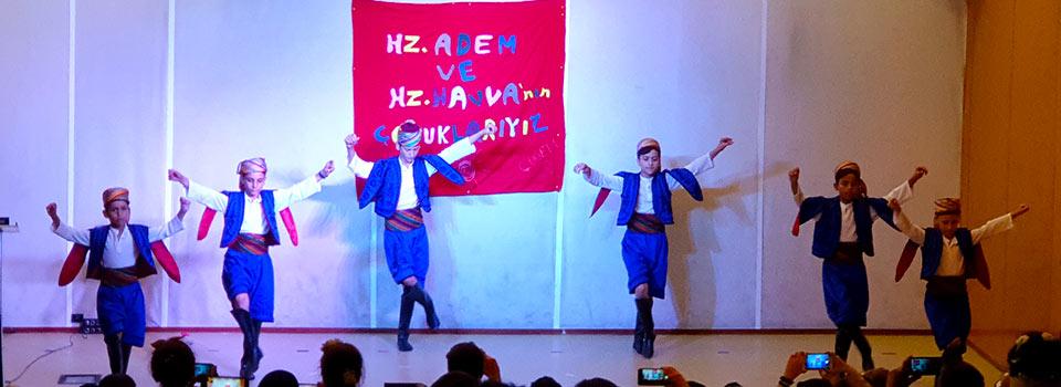 halk oyunları gösterisi yapan çocuklar